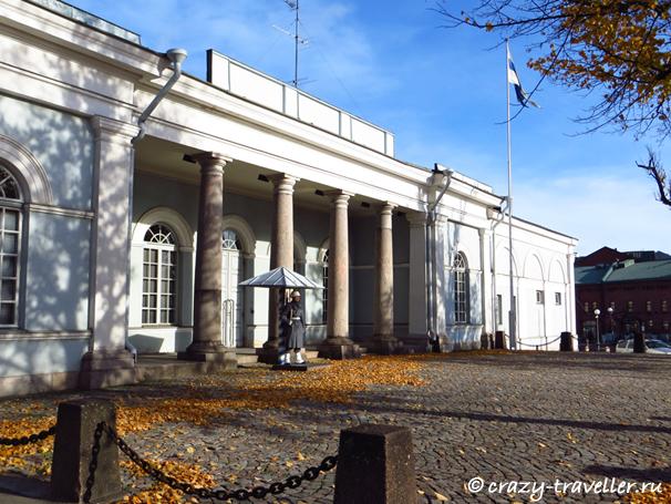 здание Гауптвахты почётный караул Хельсинки